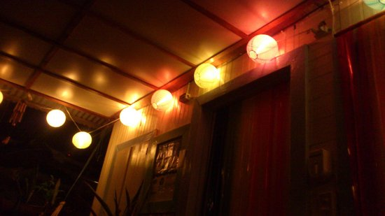 Panama's Paradise Saigoncito: El hall de noche, hermosa iluminación