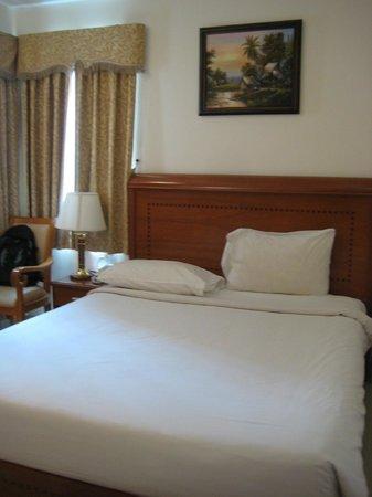 Tan Hoang Long Hotel: ベッドと窓