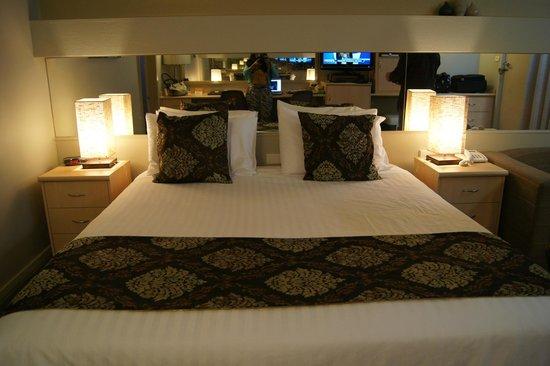 Comfort Inn & Suites Emmanuel: The king size bed