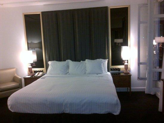Melia Paris Champs Elysees: Habitación acogedora y cama muy comoda