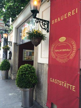 Salm Bräu: Entrada do restaurante