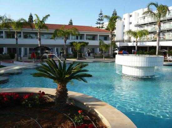 Faros Hotel: внутренний двор отеля