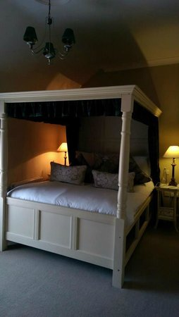 Conyngham Arms Hotel: bed