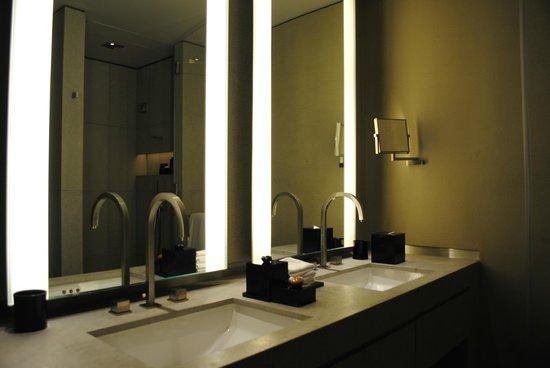 Armani Hotel Dubai : ванная комната