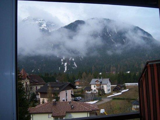 Hotel Dolomiten: Vista dal balcone dell'hotel