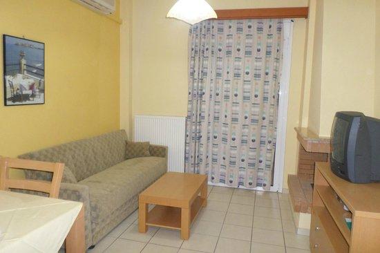 Aristea Hotel Rethymnon : salon donnant sur la terrasse vue mer