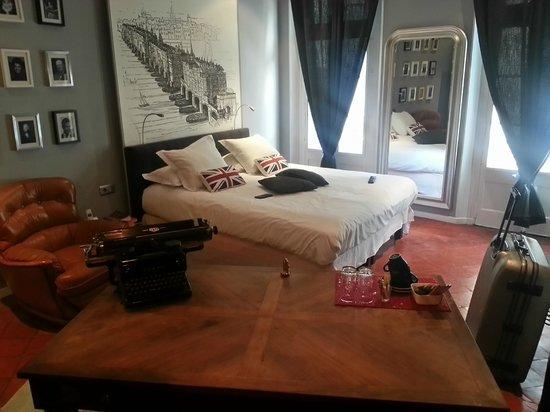Hotel de l'Europe : Notre chambre au calme d'une rue piétonne..
