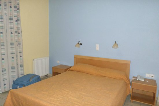 Aristea Hotel Rethymnon : chambre donnant sur balcon et accueil hotel
