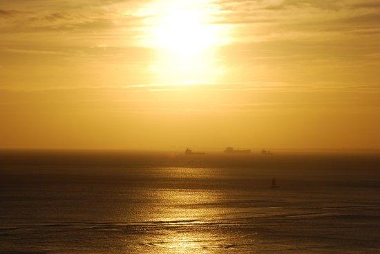 Aston Waikiki Beach Tower: 部屋から見た夕日です。