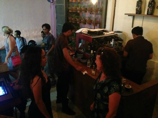 The Grind Cafe, Bali: Groovy Night time atmosphere