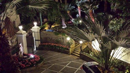 Hotel Excelsior Parco : Vue de la cour de l'hôtel de nuit