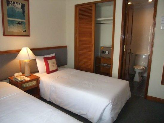 Bongsen Annex Hotel: クローゼットとセーフティボックス