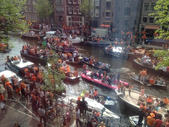 Andaz Amsterdam Prinsengracht: View of the Kings Day procession from the room