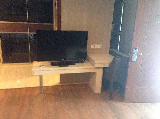 Avissa Suites: Tv area (suite)