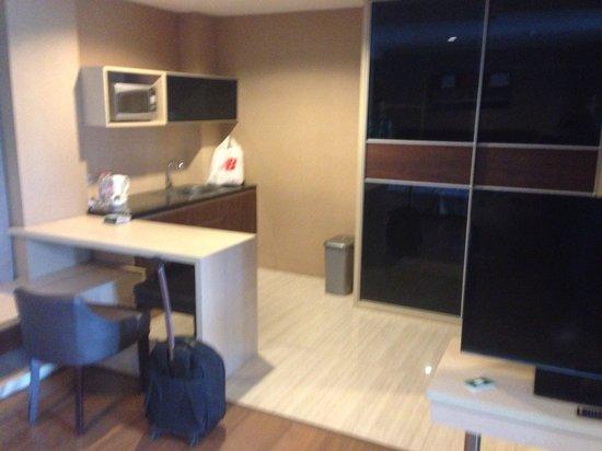 Avissa Suites : Kitchen area (suite)
