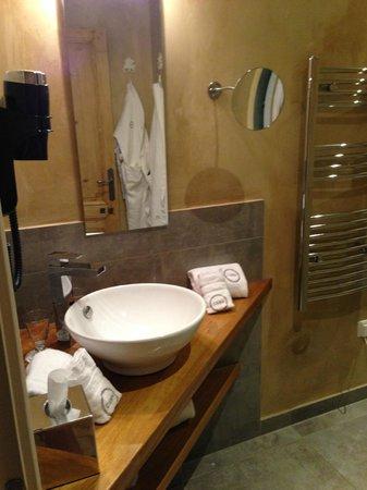 Charme & Business Hôtel Lyon : Salle de Bain avec tout ce dont on a besoin