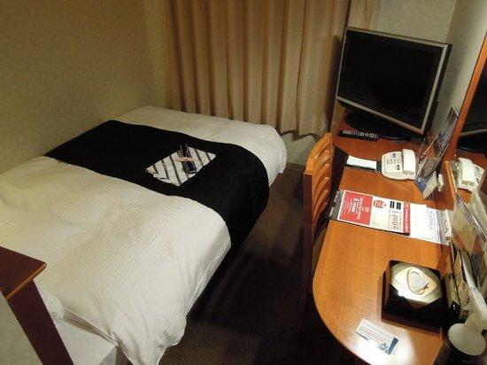 APA Villa Hotel Kyoto Ekimae: シングルの部屋は超コンパクト、寝るだけと割り切れば問題なし