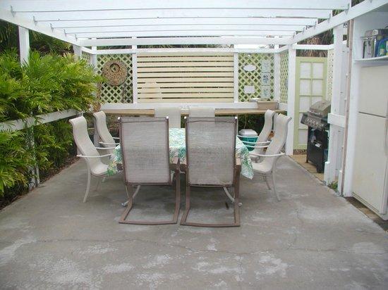Sea Esta Villas: Front Deck for gatherings - BBQ