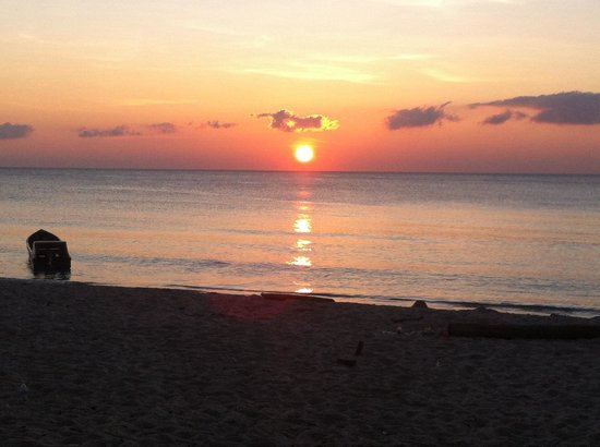 Tommy's Place, Tip of Borneo: Sunset at the beach