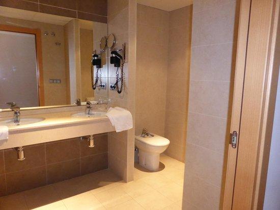 Hotel Del Vino: Baño habitación 204