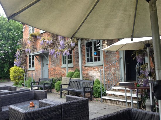 The Red Lion: Outdoor dining at its best :-)
