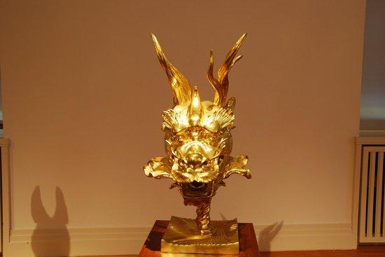 Martin-Gropius-Bau: Drachenkopf in vergoldeter Bronze