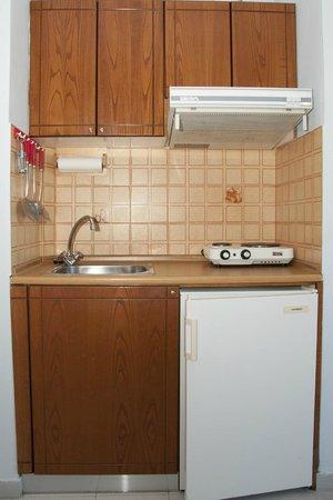Louladakis Apartments: Kitchen
