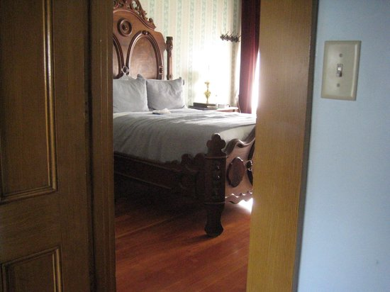 Cosmopolitan Hotel: one of the two bedrooms in room 7