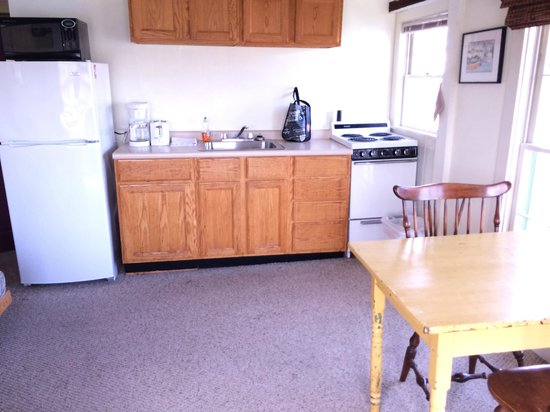 Rocky Neck Accommodations: Kitchen in Room (16)
