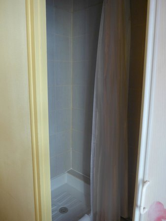 Hotel Saint Roch: シャワーも狭い