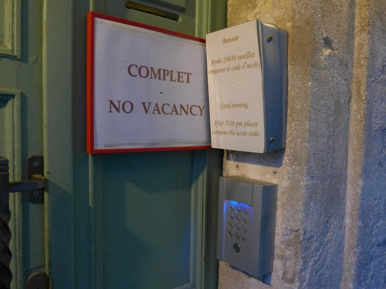 Hotel Saint Roch: 19時30分以降はホテルの方は不在になりました
