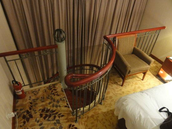 Holiday Inn Zhengzhou Zhongzhou: Upstairs bedroom with spiral staircase