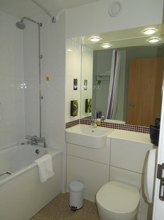 Premier Inn London Waterloo (Westminster Bridge) Hotel: baño de la habitación 501
