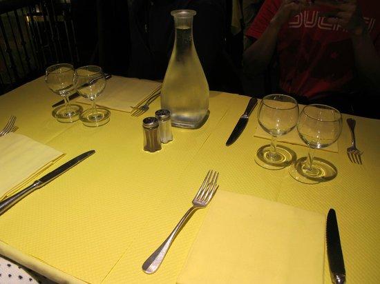 L'Entrecôte : Simple table setting