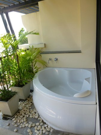 Aonang Cliff Beach Resort: Bath tub at the balcony
