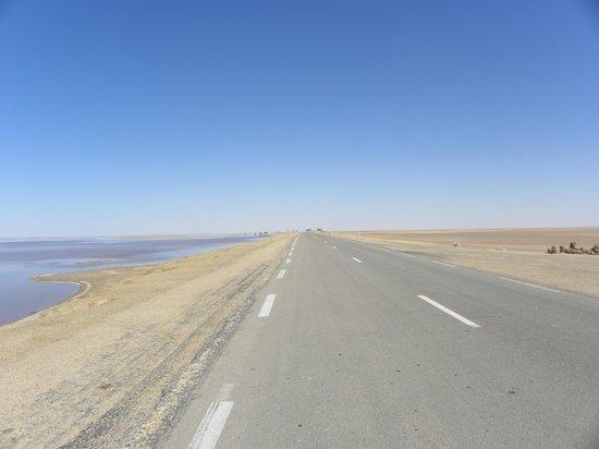 Chott El Jerid: Strada che attraversa il lago salato
