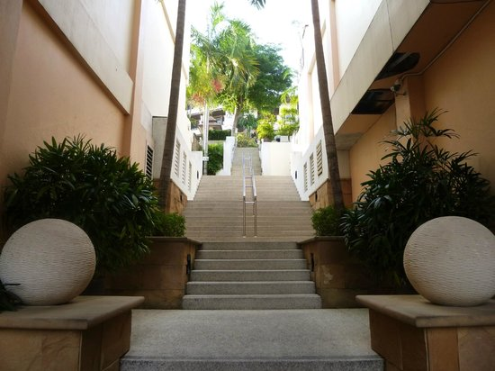 Aonang Cliff Beach Resort: Long stairs up to lobby