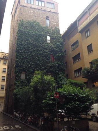Hotel Lungarno: Em frente ao Lugarno tem esse prédio com esse paisagismo vertical