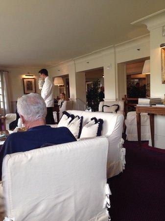 Hotel Lungarno: Lounge do hotel com a recepção e a entrada lá atrás