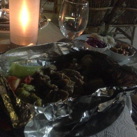 SOS Cave Hotel: ホテルのテラスで夕食