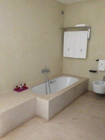 Verdura Resort : la baignoire tj propre