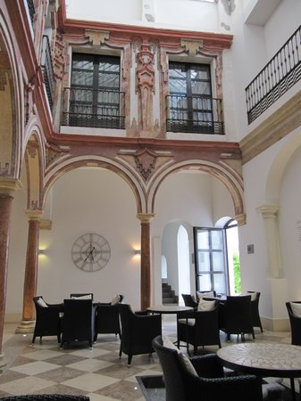 Eurostars Patios de Córdoba: downstairs near reception