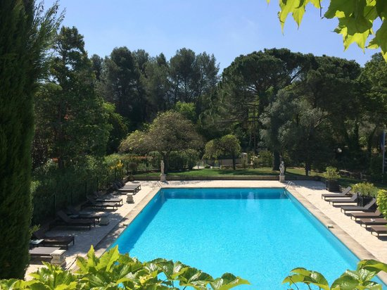 Hotel Le Vallon de Valrugues & Spa : View of the pool from our terrace