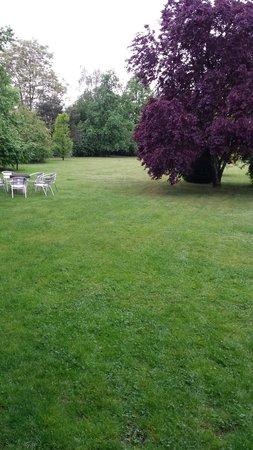 L'Atelier Du Relais : Grand parc dans la propriété