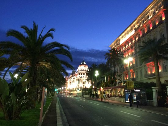 Hotel Negresco : Gorgeous night view of the hotel