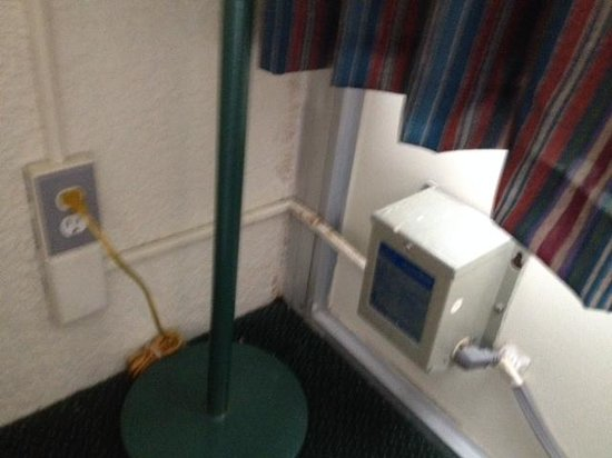 Days Inn Fort Pierce Midtown : What is this electrical mess?