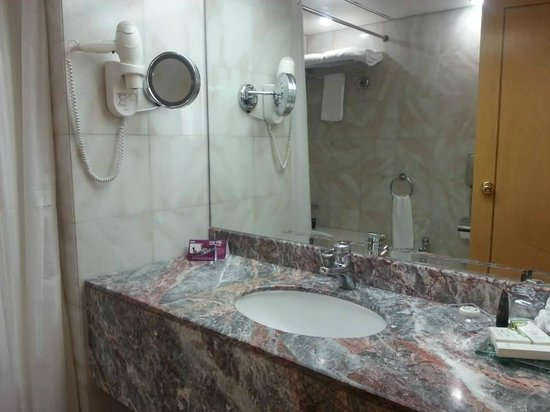Crowne Plaza Abu Dhabi : Bathroom