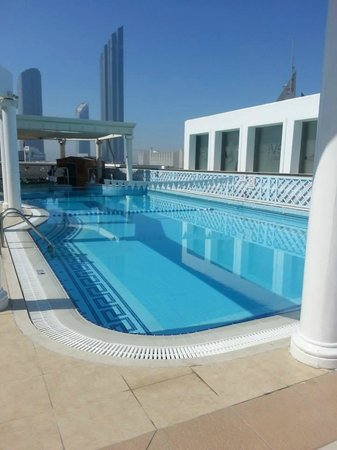 Crowne Plaza Hotel Abu Dhabi: Pool at the rooftop