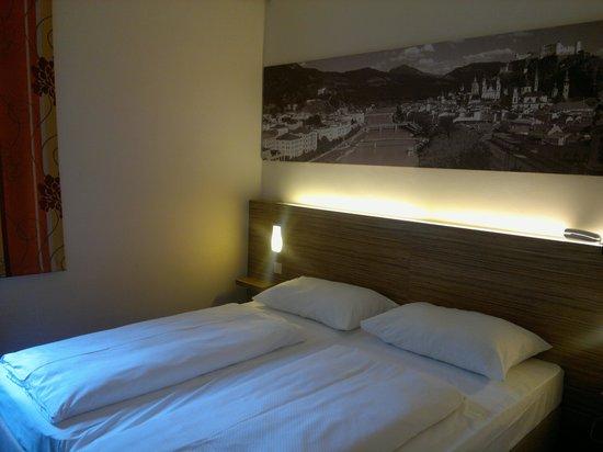 Hotel Hofwirt Salzburg: Il letto con i classici piumoni