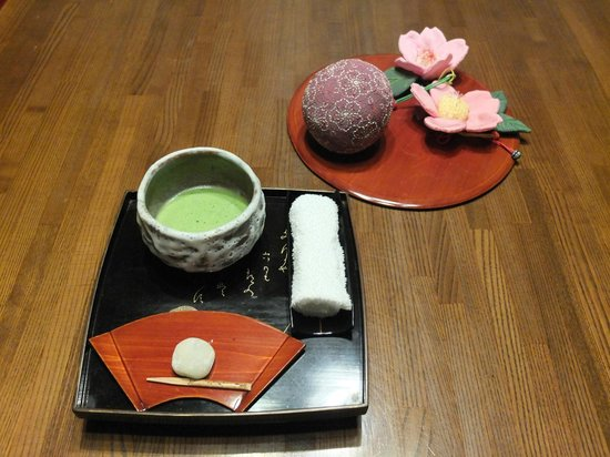 Yatsusankan: Welcoming tea and sweets